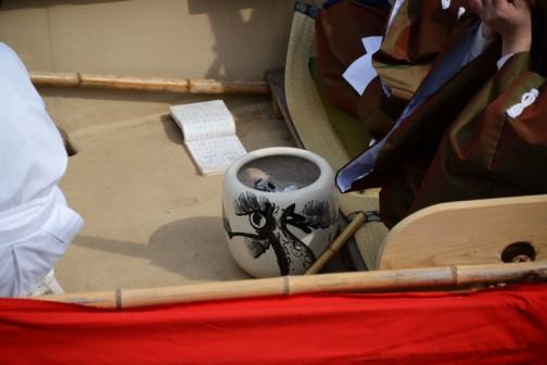 火鉢です。暖房用かと思いましたが、他の船には置いていなかったので、すぐ後ろの人が演奏する楽器を暖めるものなのかな?
