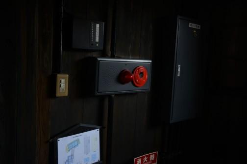 人を呼ぶためなのか、土間の中にコンクリの基礎と鉄骨の柱があって耐震補強した感じです。火災報知器やコンセントなど、うまいことなじませる苦労の痕が見えます。でも、火災報知器の赤がすっごく目立っていたので思わず撮っちゃいました。