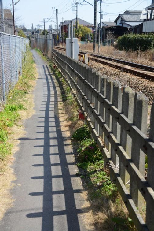 成田線でしょうか、線路の脇には細い道が。これはクルマは通れません。鋪装してあるから道は道なんですよねえ・・・さすが旧市街。