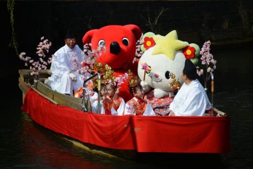 赤いの、チーバくんという千葉県のゆるキャラらしいです。茨城県のはよく見ますけど、他県のキャラはなかなか見る機会がないですね。千葉県からしたらもちろん全く逆になるでしょう。