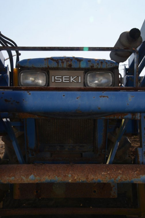 イセキTS2210は実機で確認はしていないんですけど、tractordata.comによればディーゼル2気筒22馬力/2600rpm。