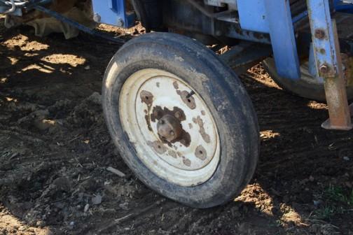 イセキTS2210は実機で確認はしていないんですけど、tractordata.comによればディーゼル2気筒22馬力/2600rpm。  農研機構の登録で見てみると、TS2210の記載はなく、近いものとしてTS2510やTS2810が1976年の登録です。ですからこのあたりの年代のものではないでしょうか?