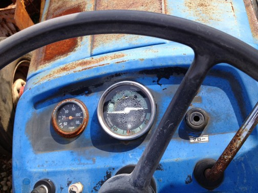 TS2510「耕太」は、おなじみの農研機構のサイトでは登録が1976年。tractordata.comでは1200cc3気筒ディーゼル25馬力とありますが、どうも2気筒エンジンのようです。