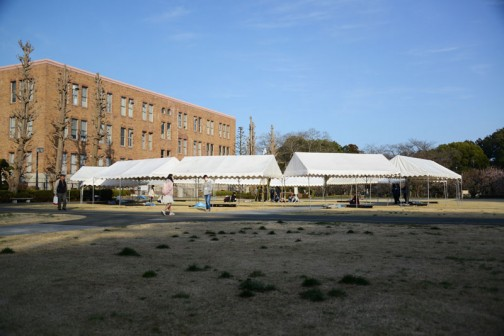 で、建てたテントも、シンボルタワーも一旦倒して当日を待つ・・・という運びになりました。