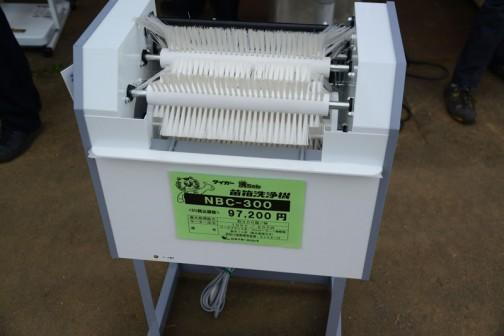 タイガーカワシマ 苗箱洗浄機 洗ちゃん NBC-300 価格¥97,200 最大処理能力 約300箱/時 100V/200W たまに女の方が用水路で手洗いしているのを見かけますけど、この間種まきで見たような量の苗箱、洗うのを考えるとこういうの欲しくなりますよね。