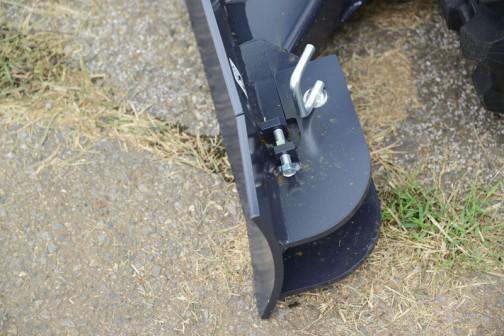 車幅を変えられるというのはこの部分でしょうか・・・排土板が折りたたみです。