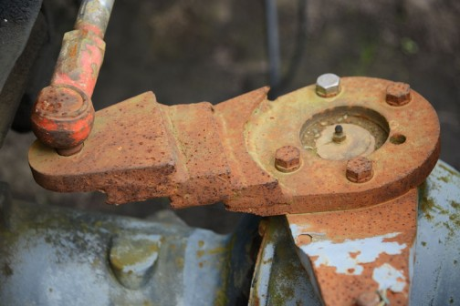 油圧シリンダーはフロントアクスルにつながっています。レバー比を変えるためか、高さを合わせるためか、タケノコ状になっています。