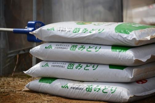 この土の袋もすごい量でした。こうやって「土」を作る工場があって、毎日作られているんですよね? 日本中の米農家がこういった製品を使うわけですから、あっという間に山の一つや二つはなくなってしまうんじゃないでしょうか・・・工場、どうなっているのか見てみたいです。