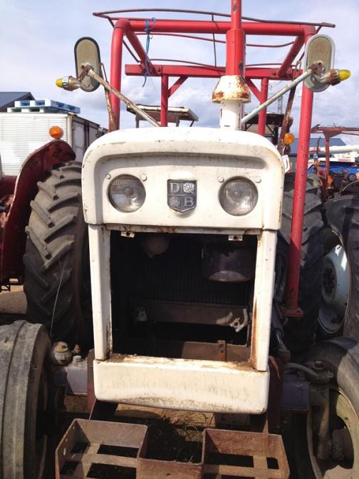 ピンクのリボンには書いてありませんけど、tractordata.comによれば990はSelectamatic。1965年〜1980年のロングセラーで、3.2リッター4気筒ディーゼルエンジン55馬力(ウィキペディアでは54馬力)となっています。