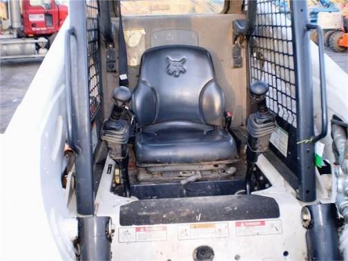 運転席の写真を探してみました。正面にはガラスがなく、座席の足元にはすべり止めのザラザラが付いています。バケットをまたいで前から乗り込むんだ!!めんどくさー。