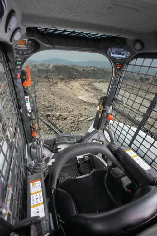 運転席から外方向を見た写真も探してみました。思ったよりメカメカしく、ワクワクするようなコックピット!これはガラスのあるタイプですね。正面にドアがありがとうございます、開け乗り込むようです。乗り込むのにジャマなレバー類は左右にどかされ、メーターなどは上や横にどかされています。しかし狭いなあ。