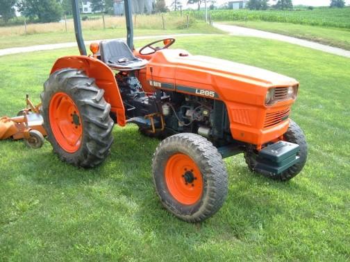 こちらはネットで探してきたL285。L280より「5」だけ番号が大きい。tractordata.comによれば1975年〜1981年。1.5リッター4気筒の30馬力だそうです。L280と顔が似ていますが、細かいボディの形状が違います。