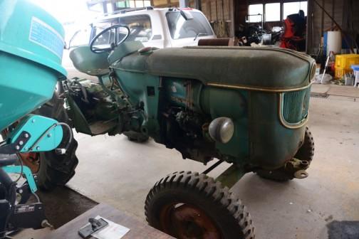 tractordata.comによればDEUTZ D4505は1965年〜1967年。空冷3気筒2.6リッターディーゼル、40馬力/2300rpm。
