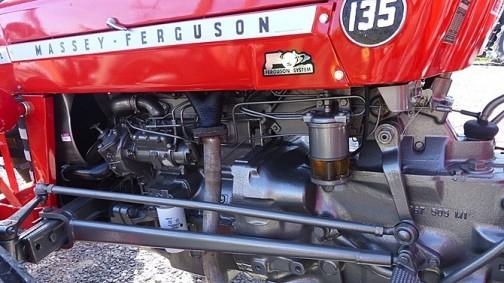 また、エンジン部分の写真を探してきても、マフラーは下を通って後ろに抜けていることがわかります。