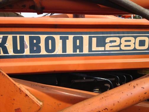 農研機構のサイトに載っていませんので、1976年以前のものと思われます。tractordata.comにも載っていないし、クボタの取説ダウンロードでも見つけることはできませんでした。