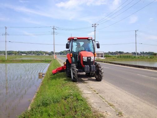 オペレーター養成も進んでいます。Mさん指導でHさんが作業をしています。エアコンも効くでしょうし、草刈りも快適にできますね。