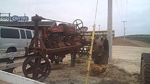 フロントタイヤまで鉄。ものすごく長いホイールベースが特徴的。