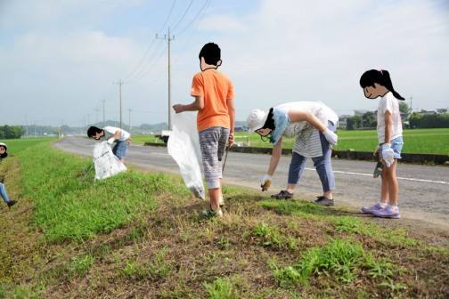 一つの事をずっとやっても飽きてしまいますから、農用地回りのゴミ拾いもしてもらいました。相変わらずゴミは多いです。