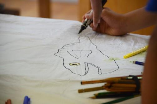 学校に戻り、ハンカチに七つ洞公園で探してきたモチーフを描き付けます。