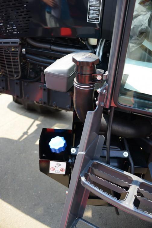 クボタ・ワールドM1060WはV3800-TIEF4水冷4気筒ディーゼル3769cc106馬力/2600rpmで、プライスタグにはクボタワールド M1060WDTQDSK1-JP 価格¥8,618,400 インプルメントの大型化に対応する大排気量3.8L 106馬力 とあります。