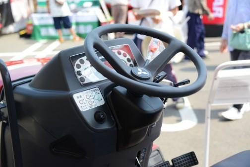 三菱新型GSトラクタ 型式:GS252JY5 価格:¥2,822,040 仕様:25馬力 マイコン水平制御(VRC制御) 傾斜ジャイロMAC HST変速 パワステ 倍速旋回 オートブレーキ旋回 旋回アップ バックアップ リクライニングシート アクセサリー電源ソケット