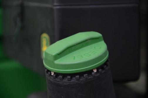 プラスチックのタンクキャップ。さすがにプラスチックのは興味がそそられないです。外国のスーパーで見る牛乳やオレンジジュースの1ガロンボトルについてるキャップみたい。