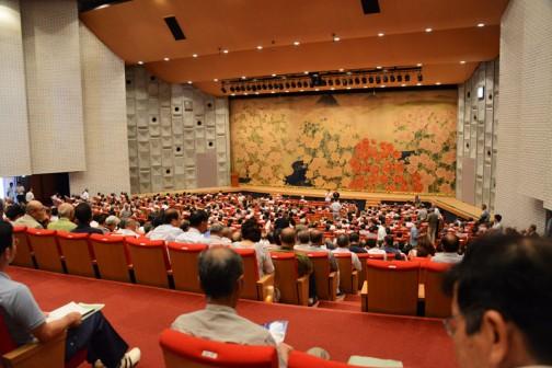 場所は茨城県県民文化センター大ホール。1500人の定員だそうですが、席はかなり埋まっていました。