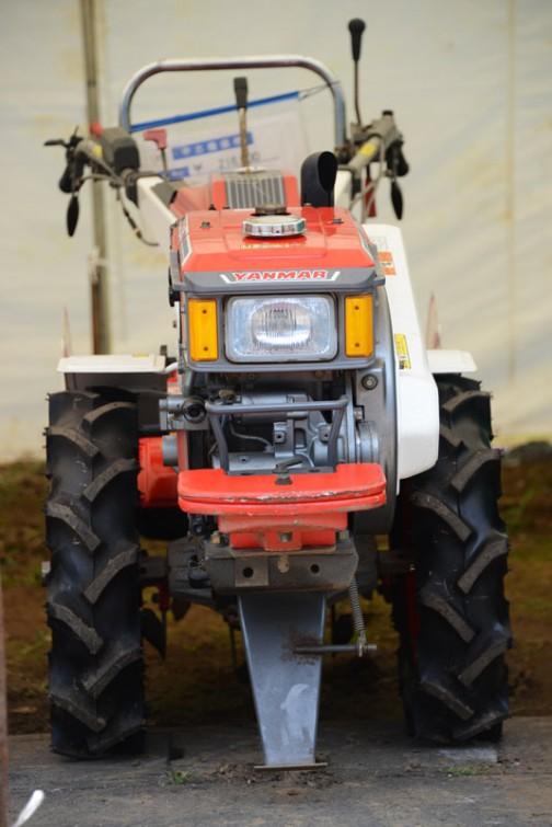 ヤンマーYA80は農研機構の登録が1987年。もう30年も前の機械。でも大事にされていたのでしょう。ピカピカです。そして、耕耘機は正面の絵が絶対カッコいいですね!