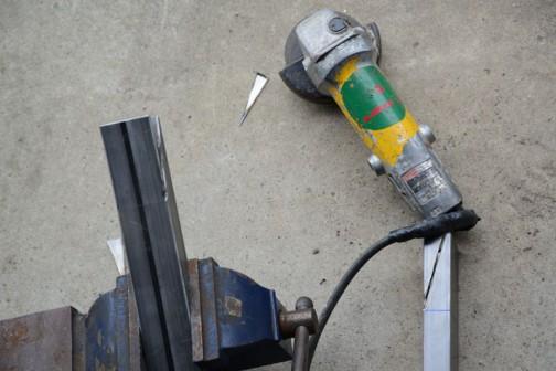この間刻んだ鋼材を更に刻んでスイングアームを作ってます。(リジットでスイングしないけど)