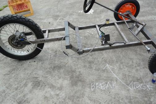 なんとか(仮)満載でここまで・・・ハンドルは一応切れるし、ブレーキも手でかければ効く。