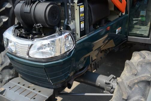 これはエンジンを撮っているわけではなく、顎まわりの色を見ています。青でもグリーンでも紺でもない微妙な色。