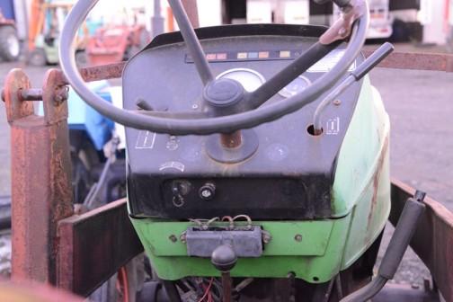tractordata.comによれば、DEUTZ D4006はD4005の後を受けて1968年〜1981年まで作られたと言う超ロングセラー。空冷3気筒のDeutz F3L 912型ディーゼルは 35馬力/2150rpmです。