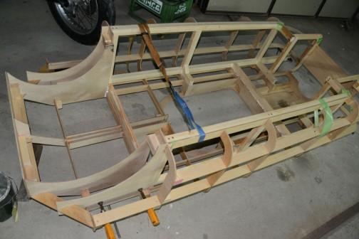 その解決のため、ダメなところは切り飛ばし、中に桟木でフレームを組み立ててます。重くなるけど、時間もないし・・・