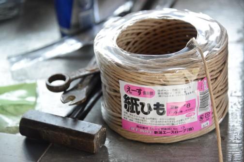 カートは大きな米袋ですから、口を縛るクラフトテープもそれ相応のスケール感がなくてはなりません。そこでこの紙ヒモを使って作ります。
