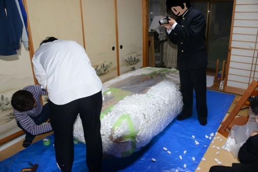 ビニールは二重にして、その間にお米状の緩衝材(よく荷物の間に詰まっているアレです)を詰めてふくらませます。