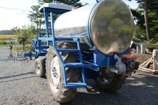 tractordata.comによるとFORD4000は1962年〜1975年4気筒2.8Lディーゼル55馬力/2200rpm。FORD3000は1962年〜1975年4気筒2.9Lディーゼル47馬力/2100rpmだそうです。