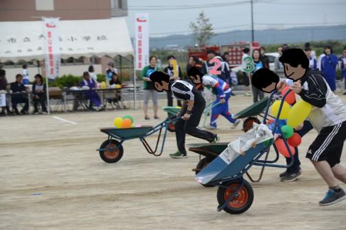 短縮版なので新しくなった競技から・・・これは確か一輪グランプリと言っていたと思います。一輪車に風船を入れて落とさないように運ぶ・・・結構風船を落とし、自分で踏んで割っていたひとがいました。
