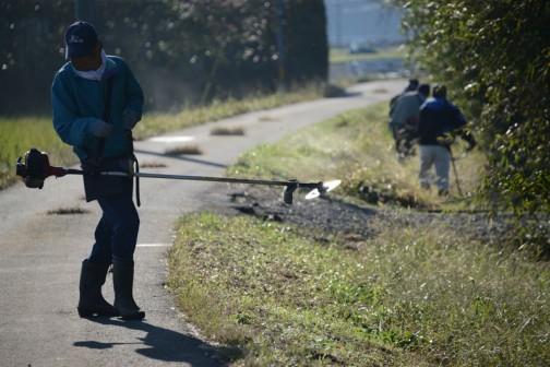 主に水路の脇の法面などの草刈りです。この写真は刈り払い機の刃が朝日を浴びてピカピカ光っていたのを撮った写真。