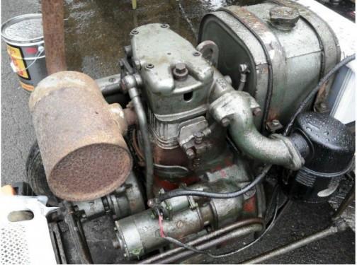 空冷エンジンも水冷エンジンもほぼ同じレイアウト。工具ボックスの大きさが違うくらい。
