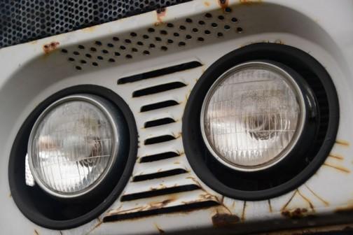 ここの形状はかなり複雑。そして目の下の黒い部分が愛らしい! ヘッドランプはスタンレー。