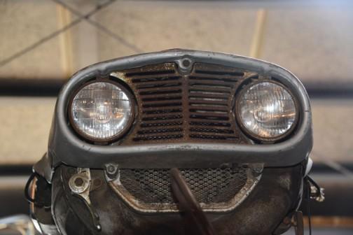2眼のこのヘッドライト。(考えたらVツインで頭が広くなっちゃったのでそうなったのでしょうね)