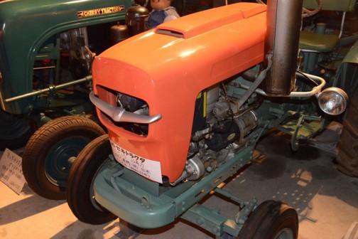 イセキトラクタTC10 10馬力 井関農機㈱ 日本 1958年(昭和33年)と書いてあります。エンジン脇の濃い色の円筒(セルモーターかなあ)は三菱電機製。正面のエアインテークについている翼かウシの角のような飾りと、大きく張り出した腕についたランプ(メーカーわからず)が印象的です。