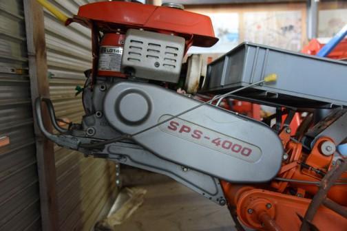 銀色のベルトカバーにSPS-4000の文字が見えます。エンジンはLG140型