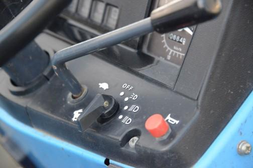 30年以上前の機体なのにすごくキレイです。スイッチの用途など、アイコンなどでシンプルに表示されています。こういうのも文字で書かれていた時代から進化した感じ。消えてしまったのかもしれませんが、すごく昔のトラクターのスイッチには何も書かれていないことが多いですものね。