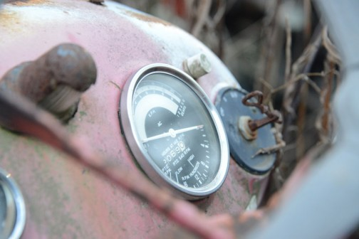 トラクターメーターはACです。そしてその奥・・・これ、付いていたつまみが取れてしまって、コンビーフの缶をクルクル開けるヤツ(なんていうんですかね?)が突っ込んであるような気がしてなりません。