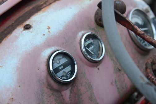 中央の燃料計はわかりませんが、手前のチャージランプ&オイル警告灯はスミス。