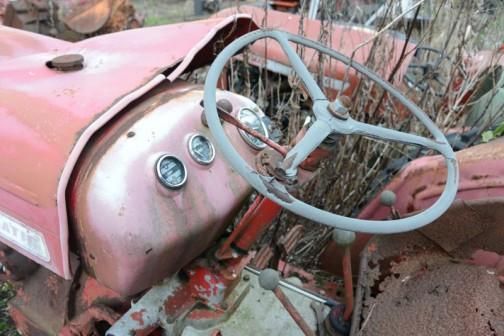 デビッドブラウンのDB880インプルマチックはtractordata.comによると、1961年〜1965年。3気筒2.5Lもしくは4気筒2..7Lの44馬力となっていました。