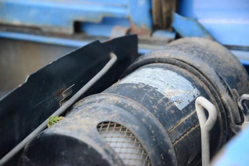 乾式エアフィルターです。考えてみたらオイルバスフィルターではこうやって横にできませんから、この乾式フィルターもトラクターが出っ張り少なくスマートになってきた要因の一つかもしれません。