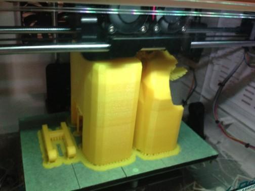 オモチャの3dプリンターでは1/10の米袋部分が大きくて出力できず、2分割で・・・