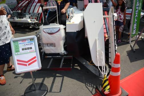 ニンジン収穫機 12馬力 HN100,C 一条掘り コンテナ仕様 価格¥3,412,800 振動式サブソイラ 最大コンテナ11個 と書いてある他は読めません。